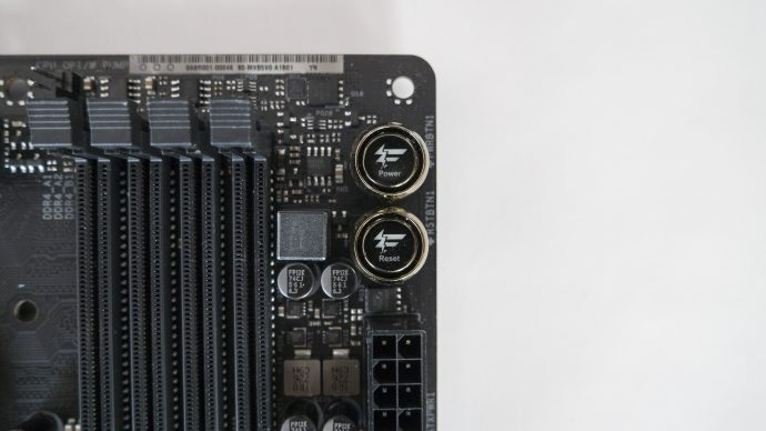 AsRock Fatality Z370 - RAM слотове и рестарт бутон